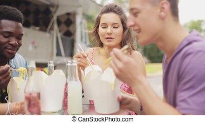 nourriture mangeant, multiracial, camion, wok, amis, heureux