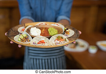 nourriture mexicaine, serveur, plaque, tenue, barre