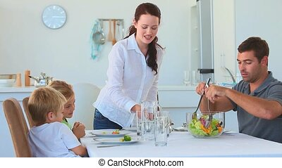 nourriture, parents, leur, enfant, servir