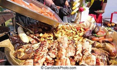 nourriture, pommes terre, viande, gants, bâtons, fin, festival., sausages., barbecue., fournée, noir, chef cuistot, vêtements, rue, saucisses, additionne, nouveau, grillé