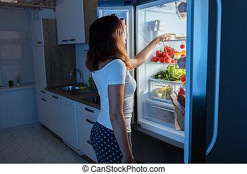 nourriture, regarder, femme, réfrigérateur