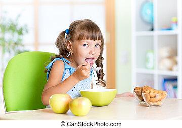 nourriture saine, crèche, manger, gosse