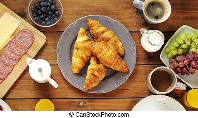 nourriture, table, prendre, croissants, mains