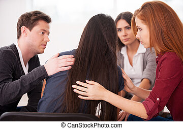 nous, comprendre, you., vue postérieure, de, déprimé, jeune femme, séance, à, les, chaise, quoique, autre, gens, réconfortant, elle