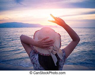 nous, femme, projection, tient, quand, doigts, encouragement, levers de soleil, deux, discouraged., pendant, signe, plage, ou, victoire