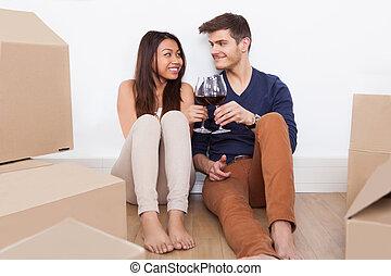 nouveau, couple, grillage, verres vin, maison