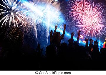 nouveau, feux artifice, année, foule, regarder
