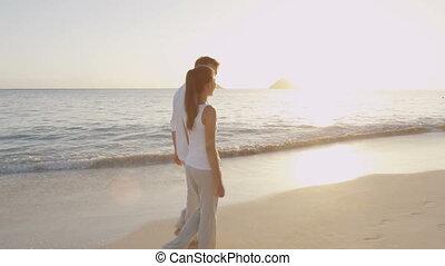nouveau marié, plage, lune miel, couple, jeune, mariés