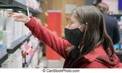 nouveau, monde médical, girl, achats, magasin, masque, produits de beauté