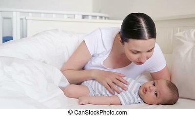 nouveau né, bâiller, maman, lit, mensonges