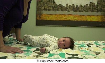 nouveau né, baisers, mère, bébé