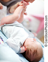 nouveau né, changer, bébé, couche, mère