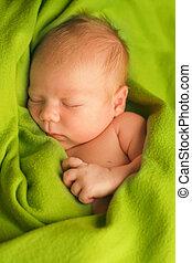 nouveau-né, dormir, sur, a, vert, couverture
