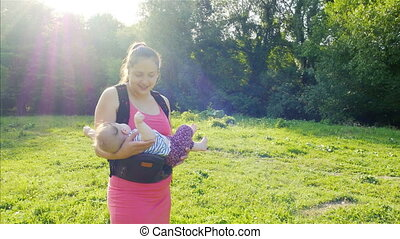 nouveau-né, jouer, mère