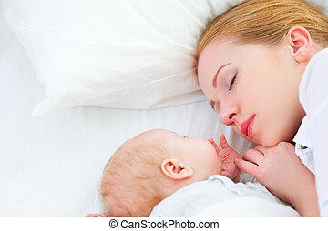 nouveau-né, mère, ensemble, dormir