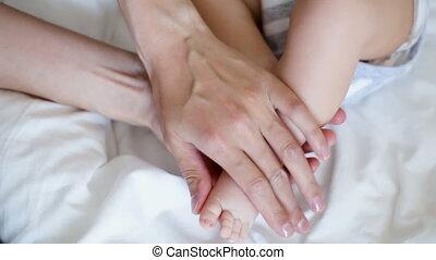 nouveau né, pieds, toucher, bébé, mère
