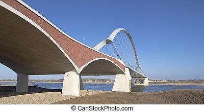 nouveau, pont espiègle