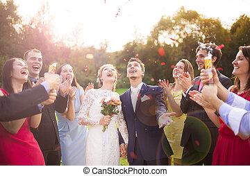 nouveaux mariés, à, invité, sur, leur, garden-party