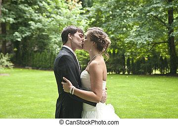 nouveaux mariés, baiser, intime