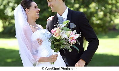 nouveaux mariés, heureux, parc, debout