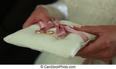 nouveaux mariés, mains, anneaux, mariage, soie, oreiller