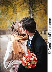 nouveaux mariés, manteau, parc, automne, froid, jour, écharpe