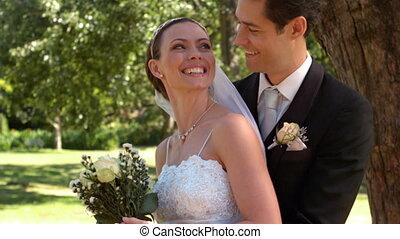nouveaux mariés, parc, debout
