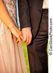 nouveaux mariés, tenant mains