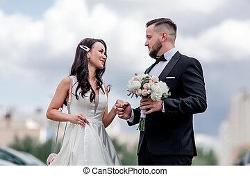 nouveaux mariés, ville, couple heureux, fond, grand