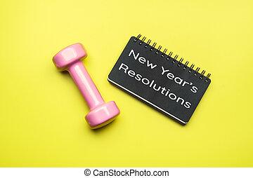 nouvel an, sain, buts, et, resolutions, concept., nouvelle année, resolutions, écrit, sur, noir, papier cahier, et, dumbbells, sur, fond jaune, fitness, sport, et, santé, concept, vue dessus