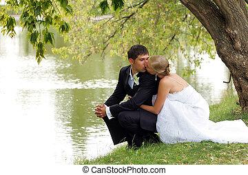 nouvellement marié, coupler embrasser, par, lac