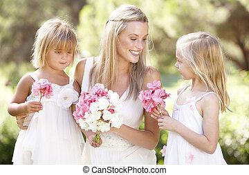 novia, con, damas de honor, aire libre, en, boda