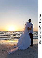 novia & novio, matrimonio, playa puesta sol, boda