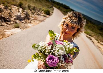 novia, posturas, con, ella, ramo, en, el, asfalto, de, un,...