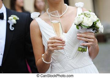 novia, sostener un cristal, de, champaña
