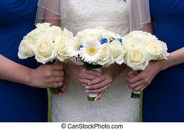 novia, y, damas de honor, con, boda, ramos