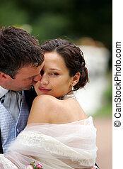 novia y novio, besar