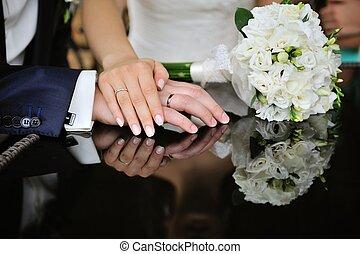 novia y novio, boda blanca, ramo