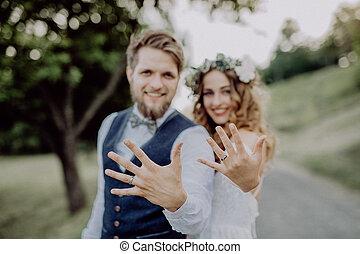 novia y novio, con, alianzas, en, nature.