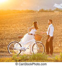 novia y novio, con, un, boda blanca, bicicleta