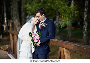 novia y novio, en, boda, caminata