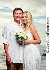 novia y novio, en, ocaso, en, playa tropical