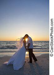 novia y novio, matrimonio, besar, playa puesta sol, boda