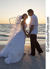 novia y novio, matrimonio, playa puesta sol, boda