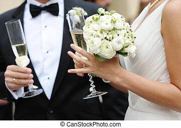 novia y novio, tenencia, anteojos de champán