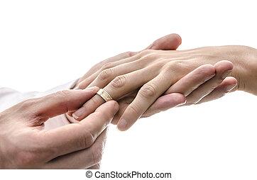 novio, poniendo, un, alianza, en, el, dedo, de, el, novia