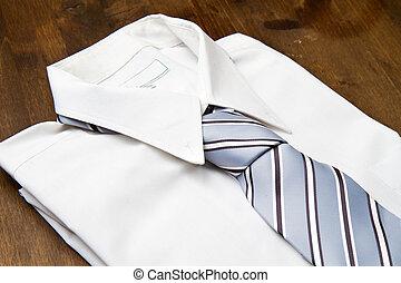 novo, branca, homem, camisa laço, isolado, ligado, madeira