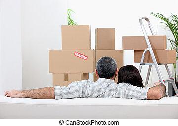 novo, par, em movimento, apartamento