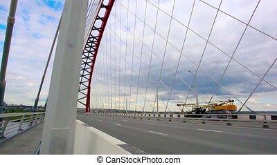 novosibirsk., en mouvement, par, route, ciel bleu, fond, nuages, ville, pont, cars.