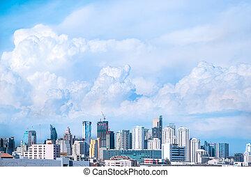 nowoczesna budowa, w, miasto, i, cielna, błękitny, pochmurne niebo, tło